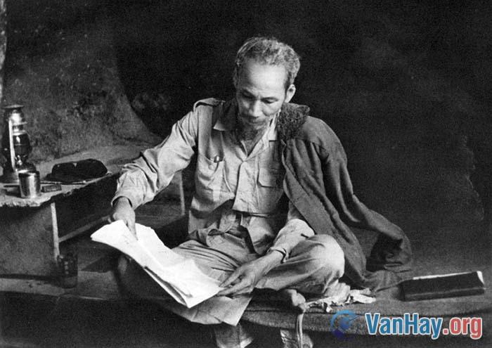 Chủ tịch Hồ Chí Minh là một nhà thơ lớn, nhưng trong Nhật kí trong tù, Người lại viết: Ngâm thơ ta vốn không ham Nhưng vì trong ngục biết làm chi đây; Ngày dài ngâm ngợi cho khuây, Vừa ngâm vừa đợi đến ngày tự do. Hãy giải thích những câu thơ trên của Bác