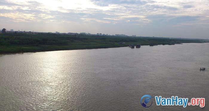 Bình giảng ba câu thơ sau trong bài Bên kia sông Đuống của Hoàng Cầm: Sông Đuống trôi đi Một dòng lấp lánh Nằm nghiêng nghiêng trong kháng chiến trường kì...