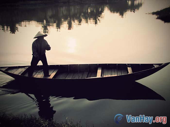"""Bình giảng đoạn văn sau đây trích trong bút kí Người lái đò sông Đà của Nguyễn Tuân: """"Thuyền tôi trôi trên sông Đà... nó khác hẳn những con đò đuôi én thắt mình dây cổ điển trên dòng trên"""""""