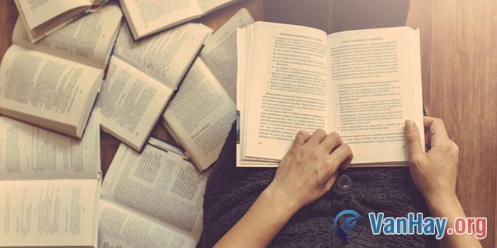 """Học giả Chu Quang Tiềm (Trung Quốc) có viết: """"Học vấn không chỉ là việc đọc sách, nhưng đọc sách vẫn là con đường quan trọng của học vấn"""". Hãy bình luận ý kiến trên"""