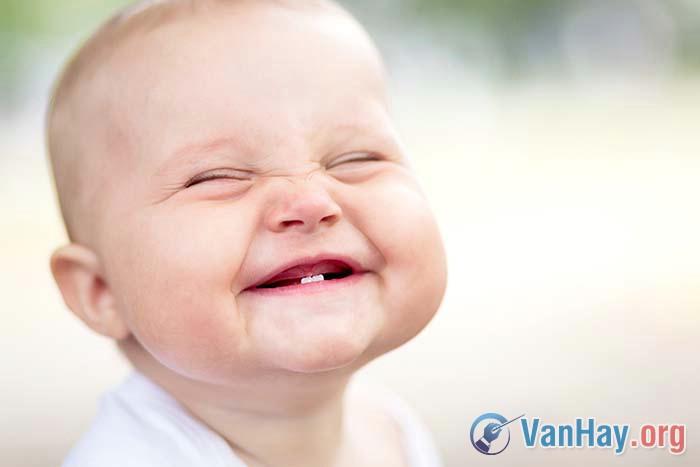"""Mác-xim Go-rơ-ki (nước Nga) nói: """"Tiếng cười là thuộc tính đẹp nhất của con người"""". Hãy bình luận ý kiến đó"""