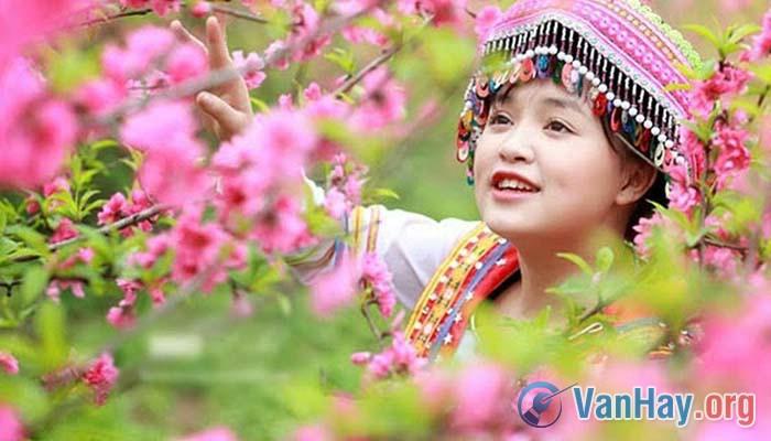 Bình giảng đoạn thơ sau đây trong bài Việt Bắc của Tố Hữu: Ta về mình có nhớ ta,(...) Nhớ ai tiếng hát ân tình thủy chung
