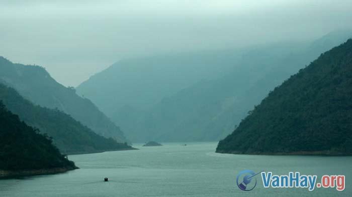 Càng về xuôi, sông Đà càng rộng thêm ra, dòng sông mênh mông hơn
