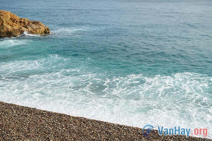 Bài Sóng của Xuân Quỳnh có đoạn: Ôi con sóng ngày xưa (...) Cả trong mơ còn thức. Hãy phân tích đoạn thơ để làm nổi rõ sức gợi cảm phong phú, bất ngờ của hình tượng sóng trong sự liên hệ, đối sánh vơi nhân vật trữ tình em