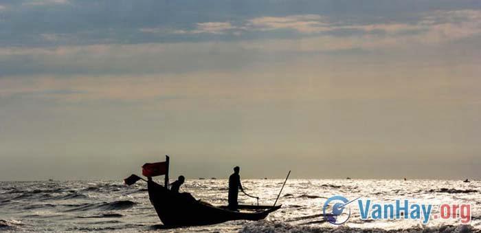Trong truyện Chiếc thuyền ngoài xa, Nguyễn Minh Châu đã xây dựng đưực một tình huống truyện mang ý nghĩa khám phá phát hiện về đời sống. Anh (chị) hãy làm rõ điều đó