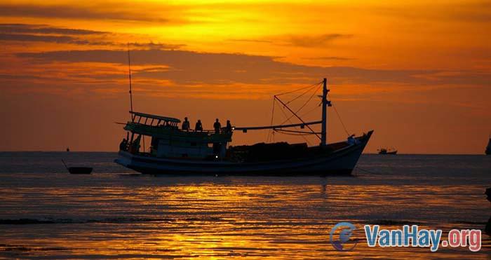 Phân tích truyện Chiếc thuyền ngoài xa của Nguyễn Minh Châu
